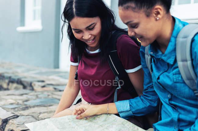 Молодые туристки смотрят на карту — стоковое фото
