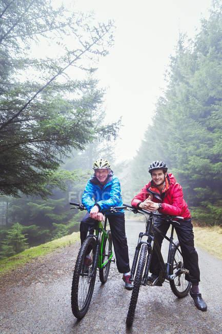 Батько і син на гірському велосипеді — стокове фото