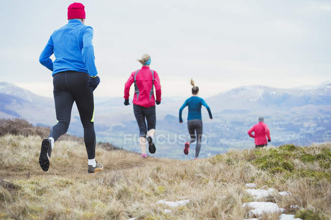 Друзья бегают в горах — стоковое фото