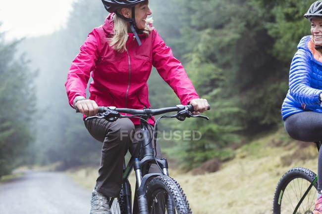 Women mountain biking in woods — Stock Photo