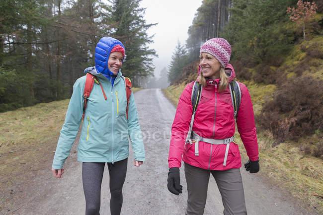 Escursioni delle donne nel bosco — Foto stock