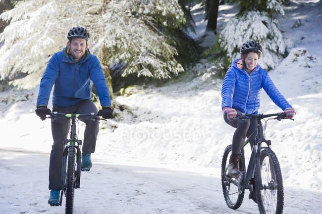 Пара горных велосипедов в заснеженных лесах — стоковое фото
