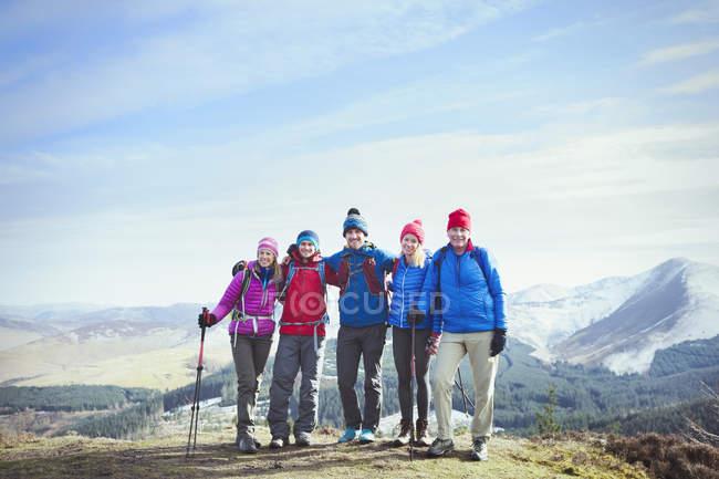 Family hiking on mountaintop — Stock Photo