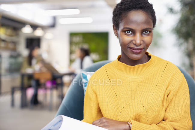 Retrato de empresaria confiada en el cargo - foto de stock