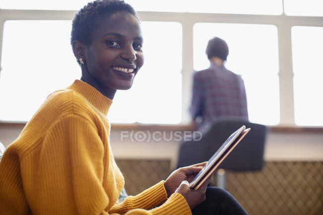 Портрет уверенной в себе бизнесвумен с помощью цифрового планшета — стоковое фото