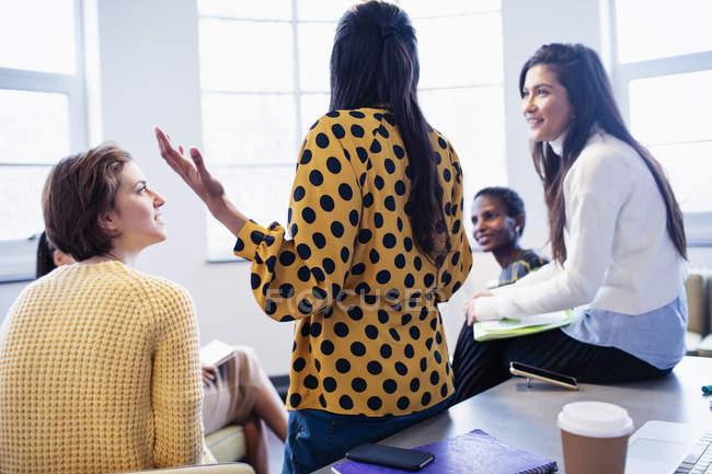 Деловые женщины разговаривают в конференц-зале — стоковое фото