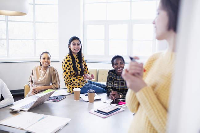 Brainstorming für Geschäftsfrauen im Konferenzraum — Stockfoto