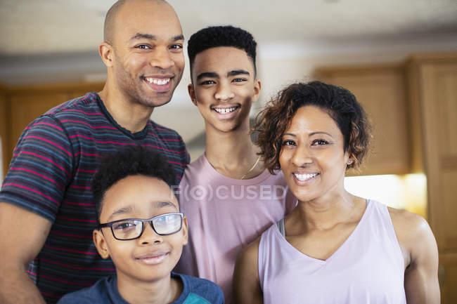 Портрет щасливі афро-американської родини в домашніх умовах — стокове фото