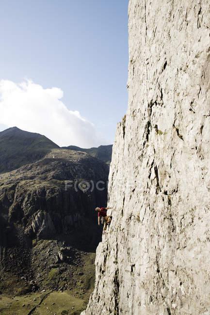 Männlicher Bergsteiger besteigt große Felswand — Stockfoto