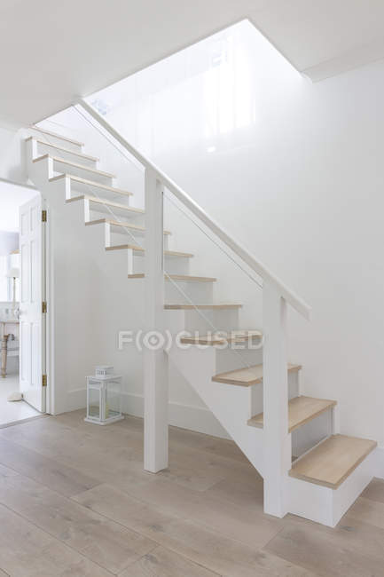 Simple white and wood stairs in home showcase foyer — Stock Photo