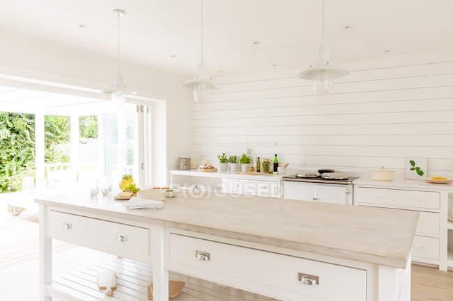 Semplice casa bianca vetrina cucina — Foto stock