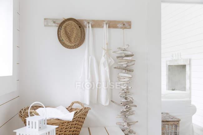 Treibholz und Schürzen hängen an Strandhaus-Garderobe — Stockfoto