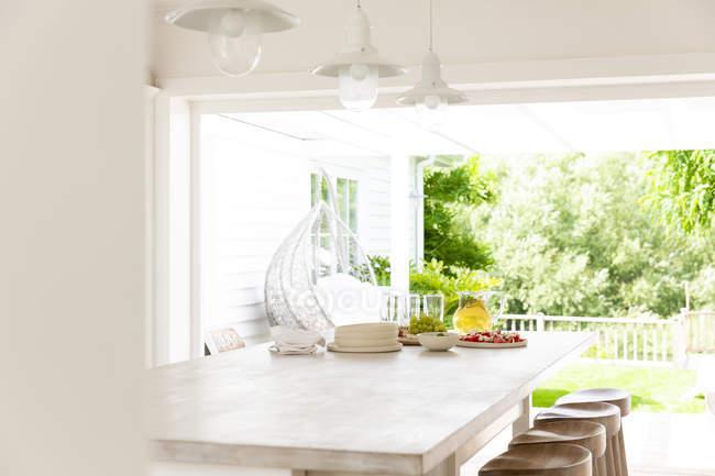Casa escaparate cocina abierta al patio de verano - foto de stock