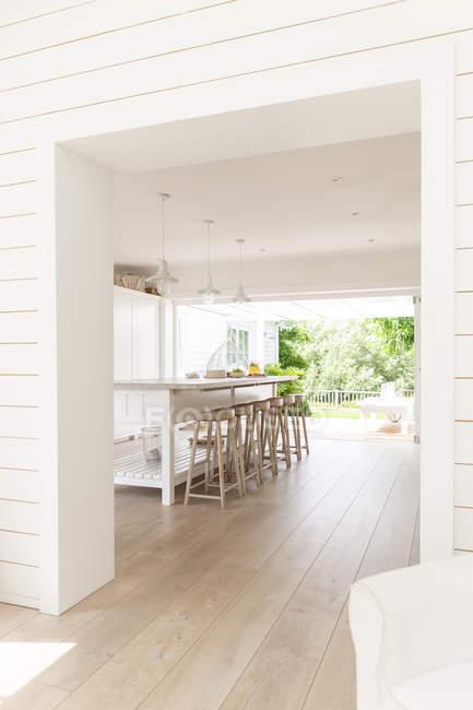 Home Vitrine Küche offen für Patio — Stockfoto
