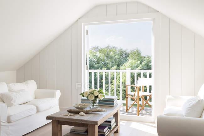 Каркасная мансарда, открытая для солнечного летнего внутреннего дворика — стоковое фото