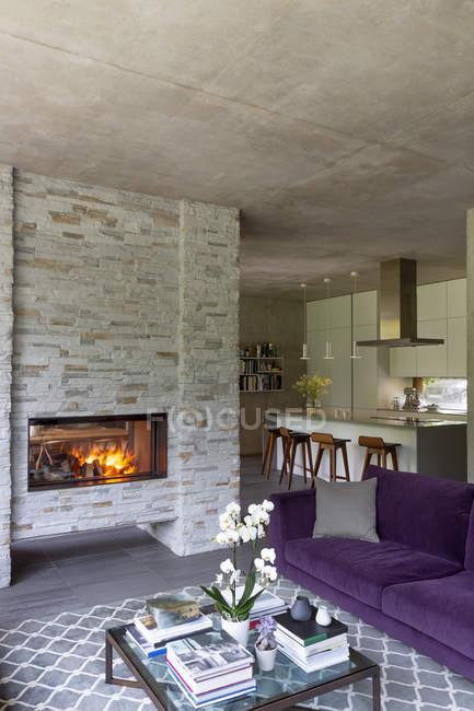 Modernes Wohnzimmer mit gemütlichem Kamin — Stockfoto