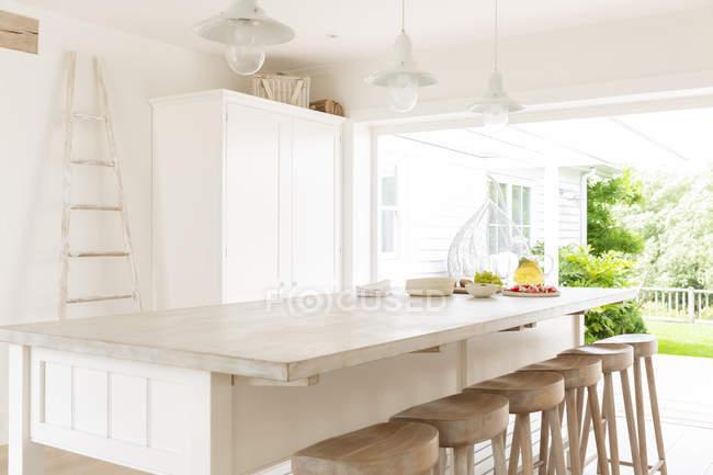 Simple blanco y madera casa escaparate cocina - foto de stock