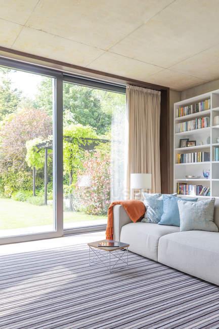 Moderno salón con puertas correderas al patio - foto de stock