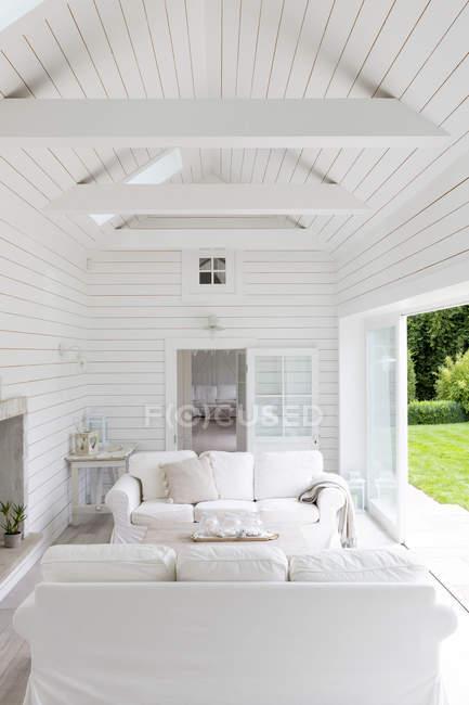 Shiplap en bois blanc un cadre maison vitrine salon — Photo de stock