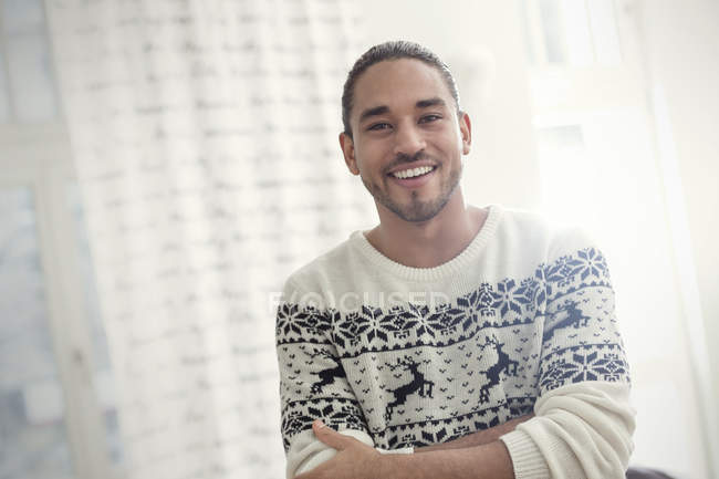 Porträt lächelnder, selbstbewusster junger Mann im Weihnachtspulli — Stockfoto