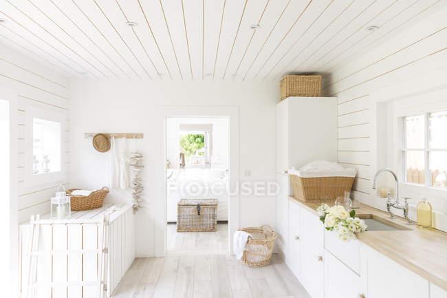 Maison shiplap en bois blanc vitrine buanderie — Photo de stock