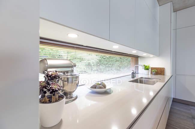 Інтер'єр сучасний білий кухні — стокове фото