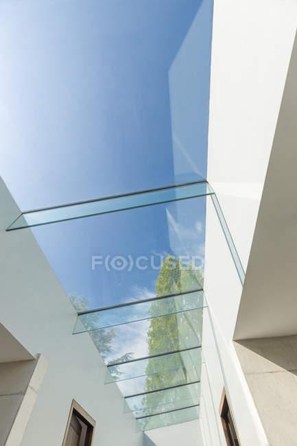 Moderne Glasoberlichter unter sonnigem blauem Himmel — Stockfoto