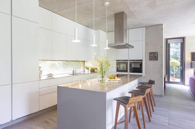 Современная белая кухня с островом кухни — стоковое фото