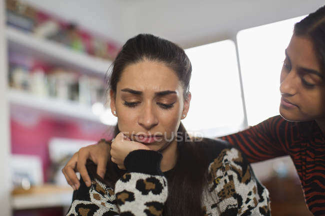 Девочка-подросток утешает расстроенного друга — стоковое фото