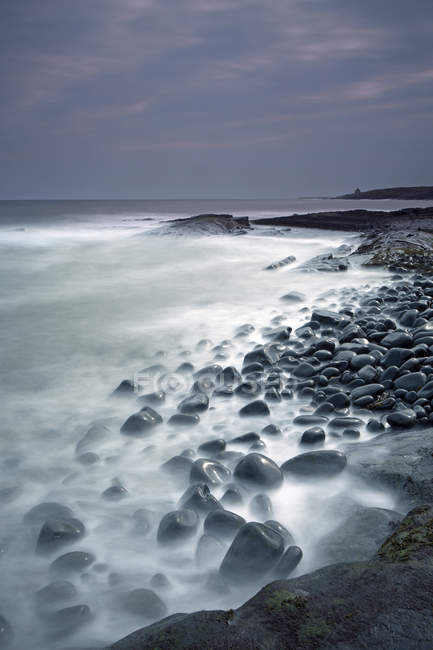 Rochers océan mystique Cullernose Point Craster Northumberland Royaume-Uni — Photo de stock