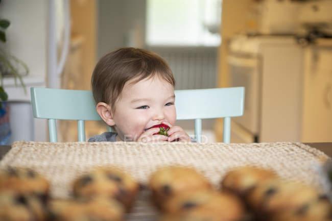 Carino bambino ragazza mangiare fragola — Foto stock