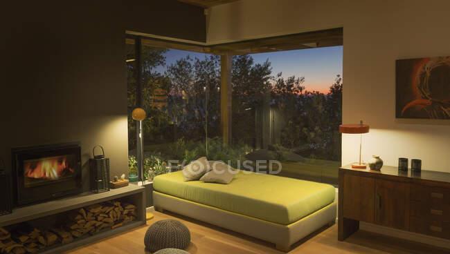 Иллюминированное скамеечное сиденье у окна в современной, роскошной домашней витрине интерьера гостиной — стоковое фото