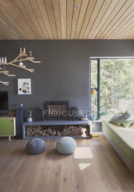 Пуфы перед камином в домашней витрине интерьера гостиной — стоковое фото