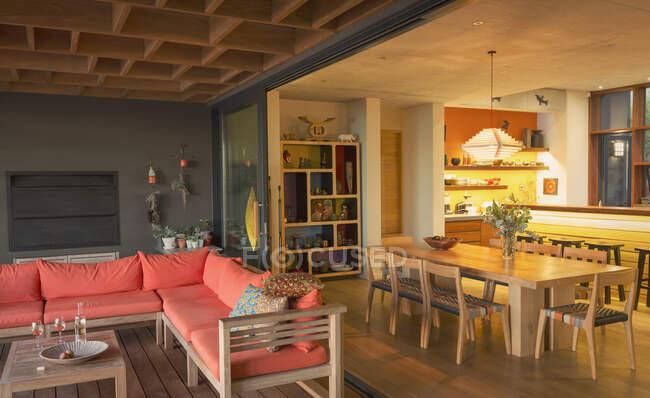 Внутренний дворик и столовая — стоковое фото