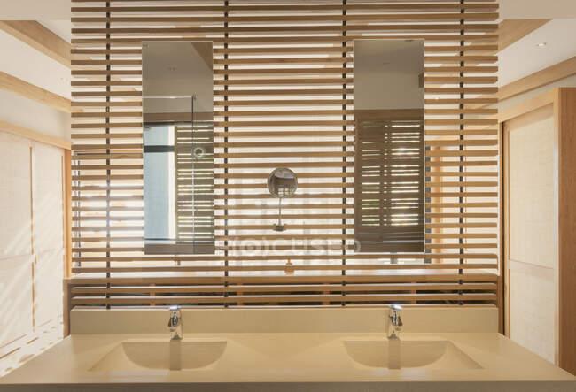 Dupla vaidade pias e espelho no moderno, casa de luxo vitrine banheiro interior — Fotografia de Stock