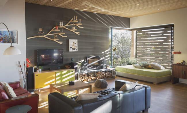 Sunny moderna, casa de luxo vitrine interior sala de estar — Fotografia de Stock