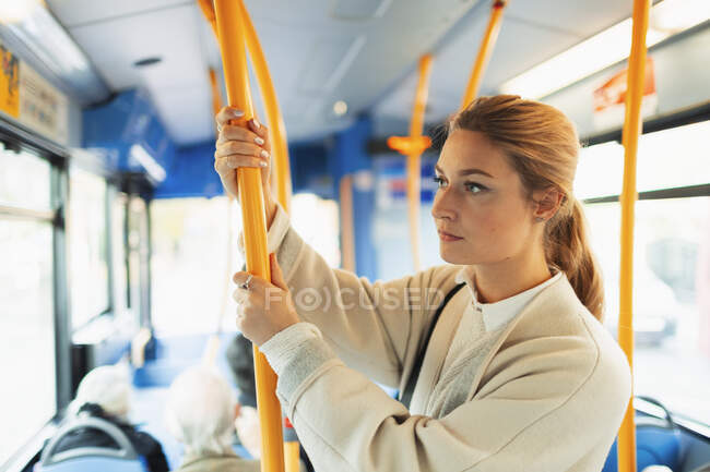 Молода жінка їде автобусом. — стокове фото