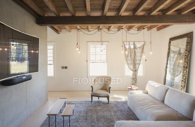 Maison en vitrine Salon intérieur avec plafond à poutres en bois — Photo de stock