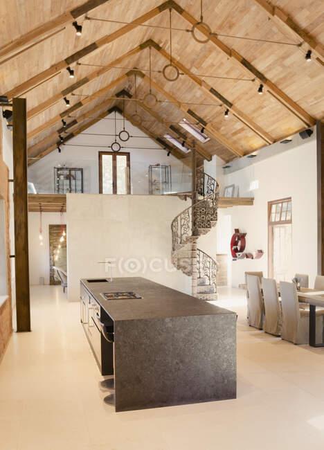 Внутренняя кухня с деревянным потолком и мансардой — стоковое фото