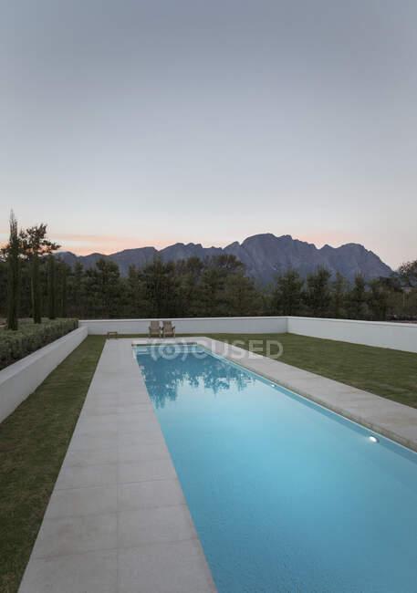 Luxus-Pool mit Blick auf die Berge in der Abenddämmerung — Stockfoto
