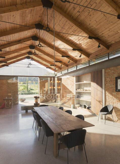 Домашня їдальня з дерев'яною склепінчастою стелею. — стокове фото
