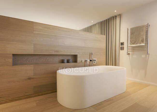 Сучасна домашня вбиральня з начиненою ванною. — стокове фото