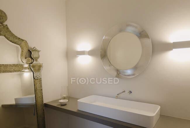 Casa vitrine pia do banheiro interior e espelho — Fotografia de Stock