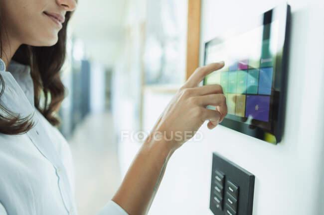 Закріпіть жінку вдома з автоматизованими сенсорними екранами — стокове фото