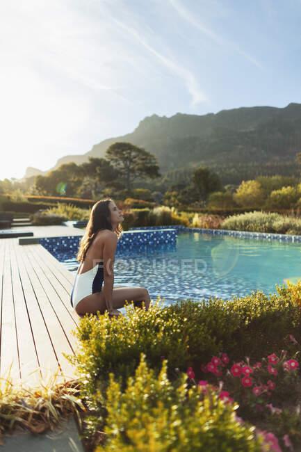 Mulher serena em roupa de banho relaxante na idílica piscina tranquila, Cidade do Cabo, África do Sul — Fotografia de Stock