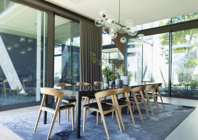 Розкіш, сучасний обідній стіл середини століття. — стокове фото
