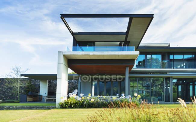 Moderno, casa di lusso vetrina esterna — Foto stock