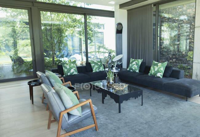 Moderne Luxus-Haus Schaufenster Interieur Wohnzimmer — Stockfoto