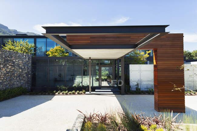 Sunny, moderna casa de luxo vitrine exterior — Fotografia de Stock