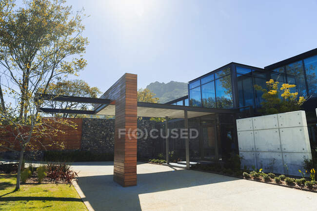 Maison de luxe moderne ensoleillée vitrine extérieure — Photo de stock
